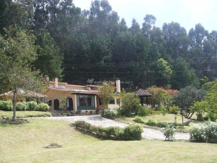 La Hacienda Pozo Claro, es el mejor lugar campestre para la celebración de su boda, es un lugar de corte colonial, rodeado de jardines, bosques nativos, amplios y frondosos paisajes. Es uno de esos lugares en el que sus paisajes se prestan para ser