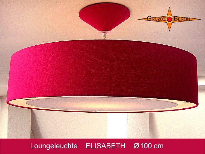 Die große Pendelleuchte ELISABETH im Ø 100 cm, ist aus sanft schimmernder, royal-roter Bouretteseide und Lichtrand-Diffusor. Diese Loungeleuchte im trendigen Großformat verleiht Ihrem Raum Eleganz und Gemütlichkeit.