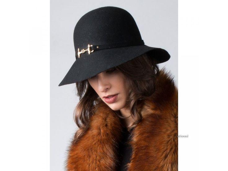 Dámský luxusní klobouk se širokým okrajem a zlatou sponou ze 100% vlny