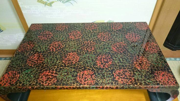 【P】津軽塗りといって、青森県津軽地方の郷土品。花台といって生花や壺などを飾るもの。