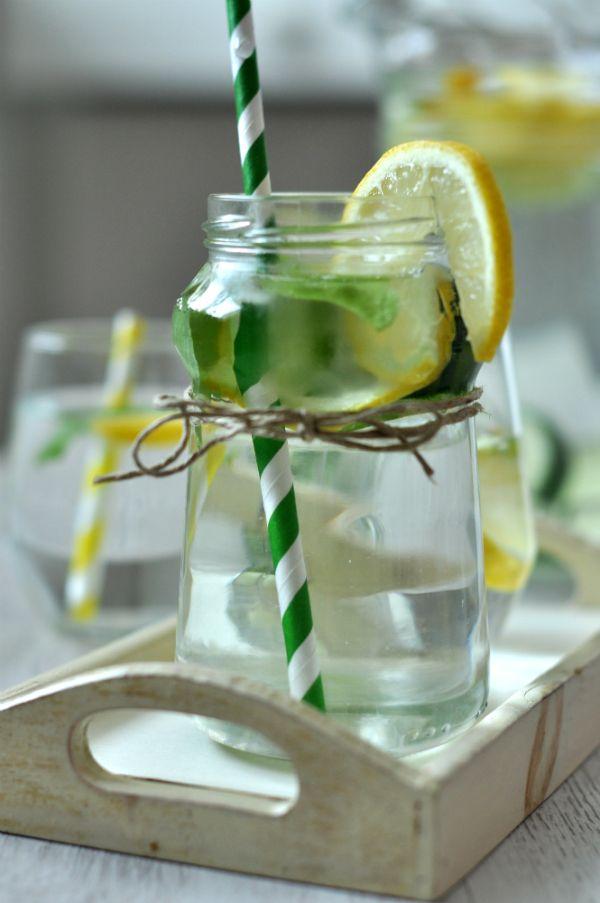 Fűszeres limonádé Mióta a limonádé reneszánszát éli, jobbnál jobb ötletekbe ütközünk, a gyümölcsöstől az alkoholosig, tényleg csak a képzelet szab határt a különféle ízesítéseknek. Mi ma egy igazán friss, üde, citrusos és fűszeres limonádét hoztunk.