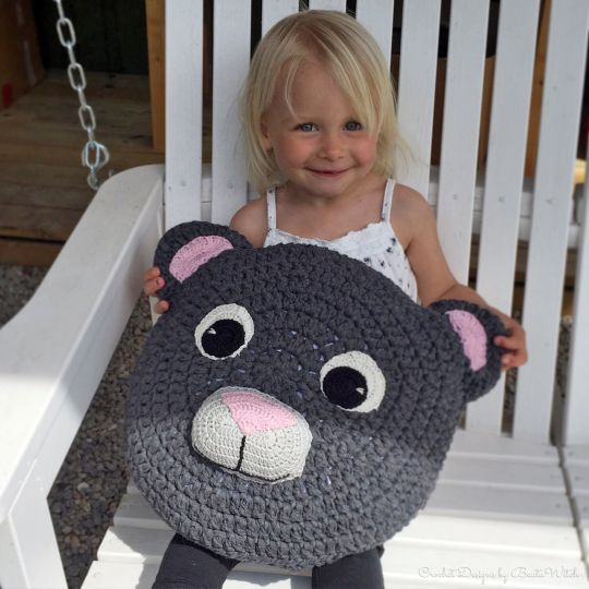Barnkudde i form av nallebjörn virkad i Ribbon XL by BautaWitch. Materialkit hos http://BautaWitch.com