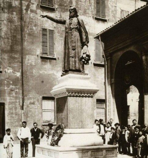 Statua di Ugo Bassi, patriota.  (foto, del 1900, è di Pietro Poppi  Archivio Fondazione Cassa di Risparmio in Bologna)
