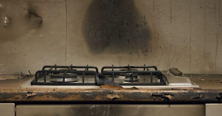 Cómo limpiar una estufa de gas. Las estufas de gas cuestan menos que las cocinas eléctricas pero requieren un poco más de cuidado al limpiar. Una limpieza inadecuada puede dar lugar a un uso ineficiente y al aumento de las facturas de gas. Si una salpicadura de comida bloquea los orificios del quemador, la llama no quemará correctamente. Ya sea que necesite una limpieza ligera o ...