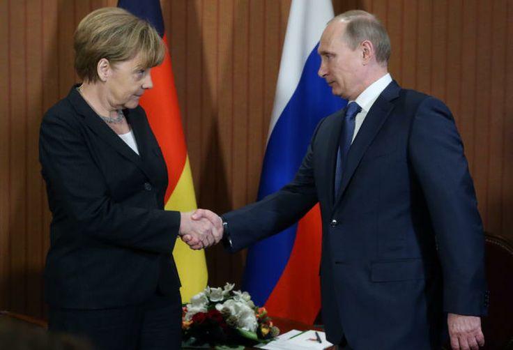 Ein Bild sagt mehr...: Dieser Blick von der deutschen Kanzlerin Angela Merkel macht mehr als deutlich, wie es um die Beziehung zwischen Russland und Deutschland derzeit bestellt ist. Merkel trifft sich mit Putin zu bilateralen Gesprächen am Rande der D-Day-Gedenkfeiern. (Bild: epa)