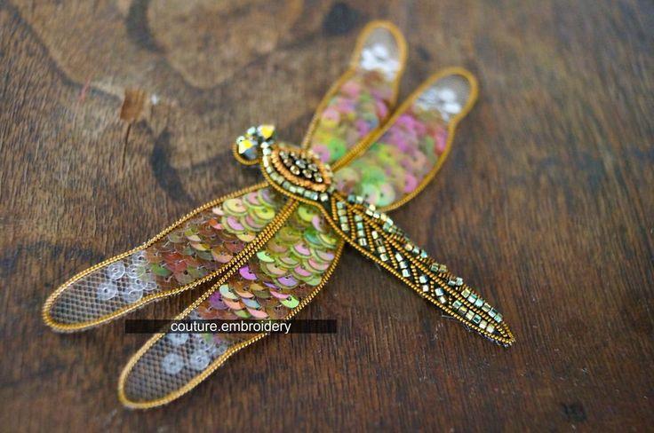 Больше всего этих изящных насекомых любят и почитают в Японии. Стрекоза - символ отваги, счастья и удачи. А вы знали? В Японии, почти у каждой женщины есть украшение с бабочкой или стрекозкой. #couturembroidery #coutureembroideryhouse #coutureembroidery #домвышивки #стрекоза #вышивка #канитель #стразы #пайетками #брошь #высокаямода #мода #ручнаяработа #hautecouture #вышивкавысокоймоды #couture #valange #fashion #luneville #embroidery #стрекоза #gold