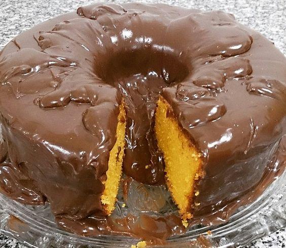 A Receita de Bolo de Cenoura Perfeito é de dar água na boca. A massa é a mesma da maioria dos bolos de cenoura, mas, nesse, separamos as claras das gemas e
