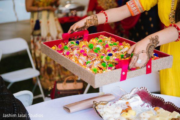 Indian Wedding Mehndi Party Favors Https Www Maharaniweddings Com Gallery Photo 155012 Indian Wedding Favors Desi Wedding Decor Pakistani Mehndi Decor