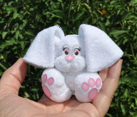 Bebé conejito de toalla, WashAgami™. Usted será un gran éxito en el baby shower con estas criaturas poco queridas. Sujete a su torta de pañal o dejarlos colgar hacia fuera en la mesa de regalo.  Este minuto de 53:00, fácil de seguir, video tutorial le guiará a través del proceso simple de creación de una gran variedad de estos darling conejitos de toallitas de bebé. El PDF viene con dos páginas de gráficos para los ojos, nariz y pies.  El conejo es un poco más difícil que la otra toallita…