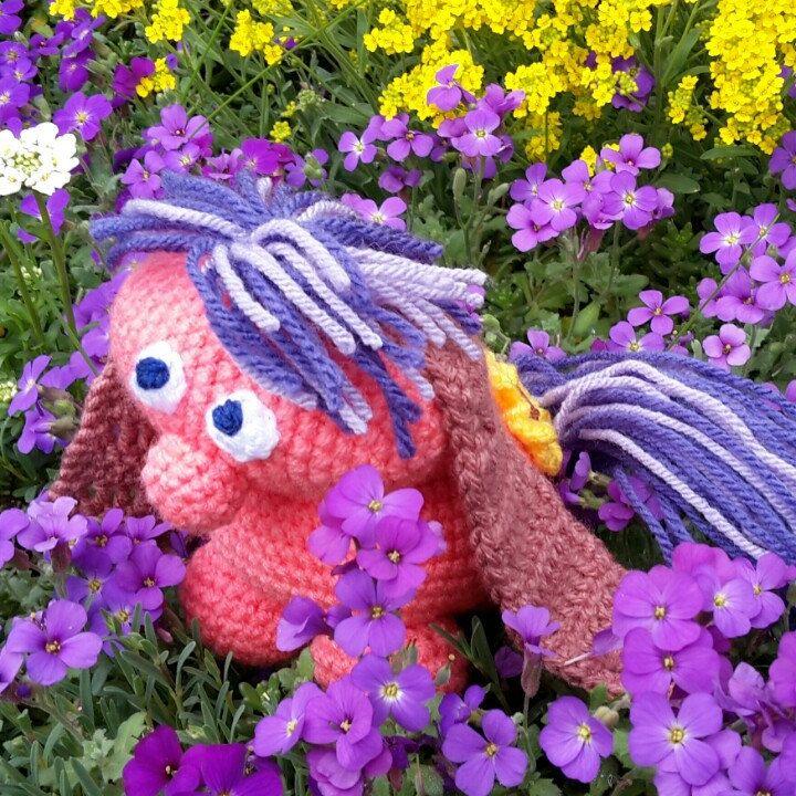 Das kleine Ich bin ich geht im Garten spazieren und sucht sich einen Freund ♡