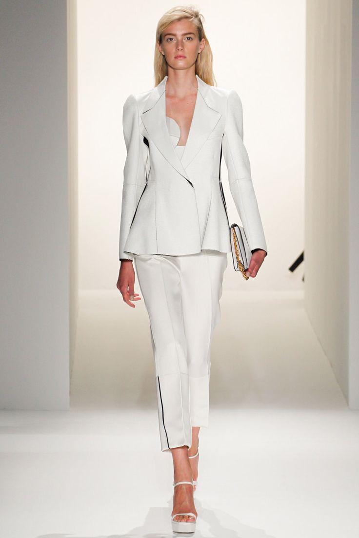 Calvin Klein PreFall13.  Conjunto estructurado con un twist. Detalle: las sandalias