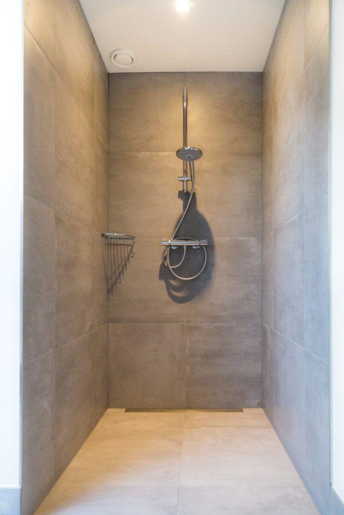 Meer dan 1000 idee n over badkamer kleuren op pinterest kleine badkamer kleuren - Douche onder de dakrand ...