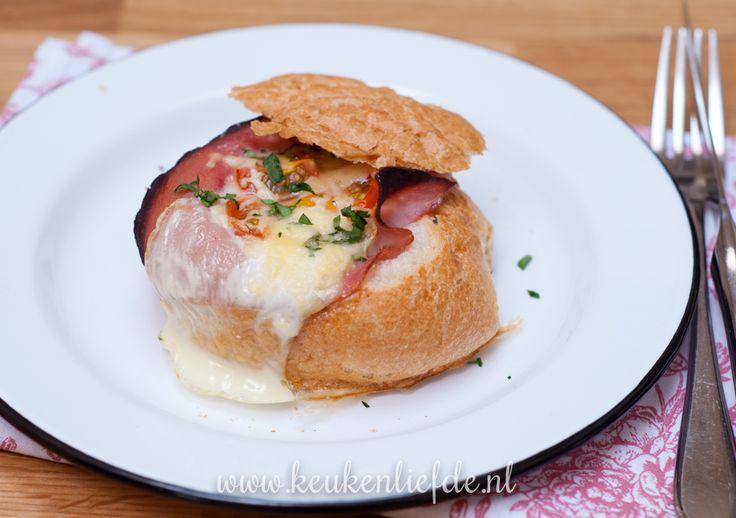 Gevuld broodje met ei en ham