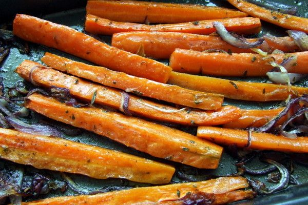 Marchewka pieczona z czerwoną cebulą i ziołami