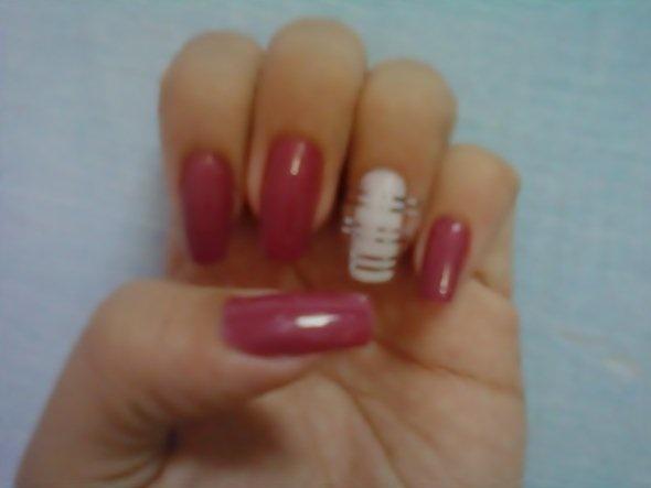 ...Coloque as fitinhas umas paralelas as outras na unha do dedo anelar e depois pinte com o esmalte rosa. Espere dois segundo e retire as fitinhas puxando pelas pontas com a ajuda de um alicate...
