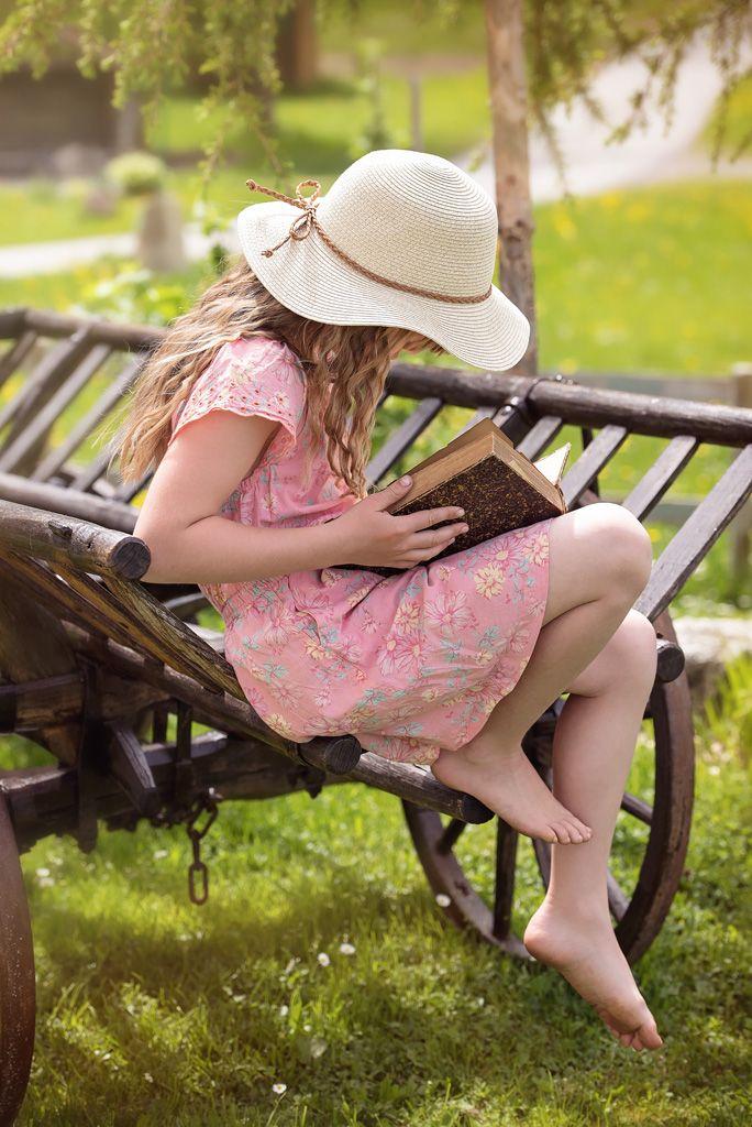 フリー写真, 人物, 子供, 女の子, 外国の女の子, ポートレイト, 読書, 帽子, 麦藁帽子, 本(書物), 座る,