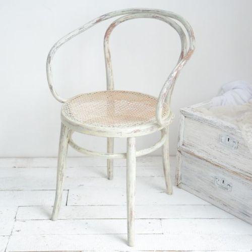 """KRZESŁO PRETTY PASTELS AGNIESZKA KRAWCZYK . MEBLE Rattanowe krzesełko - przybysz z Francji, z odzysku! Posiada łagodny charakter, dzięki jasnym, spokojnym, nieintensywnym barwom. Mix bieli, kremu, beżu i odrobiny zgaszonego zielono-niebieskiego koloru. Na to """"przyszły"""" liczne przetarcia, obdrapania i odpryski farby {cechy stylu Shabby Chic}."""