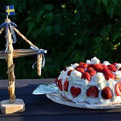 Ingen midsommar utan midsommartårta! Här hittar du recept på midsommartårtor med maräng, mousse och sockerkaka. Toppa med jordgubbar och andra somriga bär.