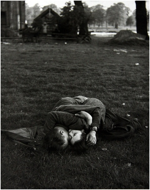 "*""Ralph Morse, Un soldat américain avec sa petite amie britannique à Hyde Park, Londres, 1944"": Soldiers Kiss, 1944, English Girlfriends, London England, Ralph Mor, Photography, United Kingdom, Hyde Parks London, American Soldiers"