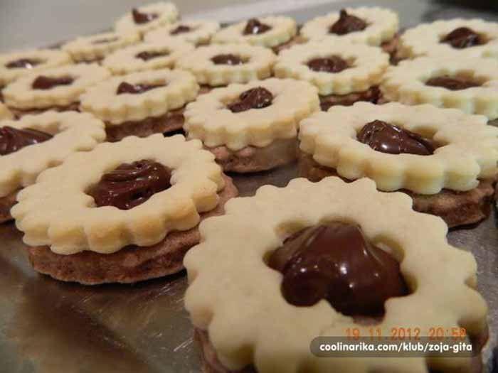 Křehké koláčky na vánoční stůl. Pokud znáte koláč den a noc, určitě si zapamatujete název tohoto vánočního cukroví.