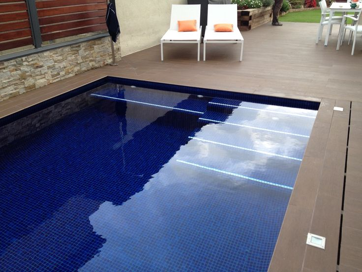 En Sant Quirze del Vallès realizamos el siguiente proyecto que presentamos. La piscina realizada de obra gunitada, tiene unas medias de 7m x 3m con fondo 1m a 1,50m. Dispone de escalera de obra interior y banco, todo ello con revestimiento Gresite Ezarri serie color azul con junta azul. La coronación de la piscina esta realizada con porcelánico rosa Gres Mod Lovely.