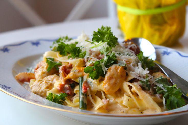 Krämig pasta med kyckling, bacon och tomater
