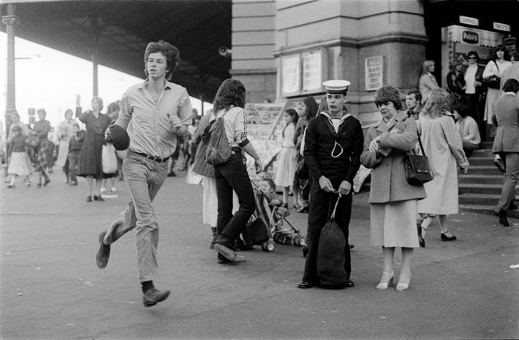 In a hurry, Flinders Street Station 1980 | Rennie Ellis Photographic Archive