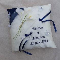 Coussin porte alliance mariage ivoire et bleu marine décor bouquet d'arums papillon et perles