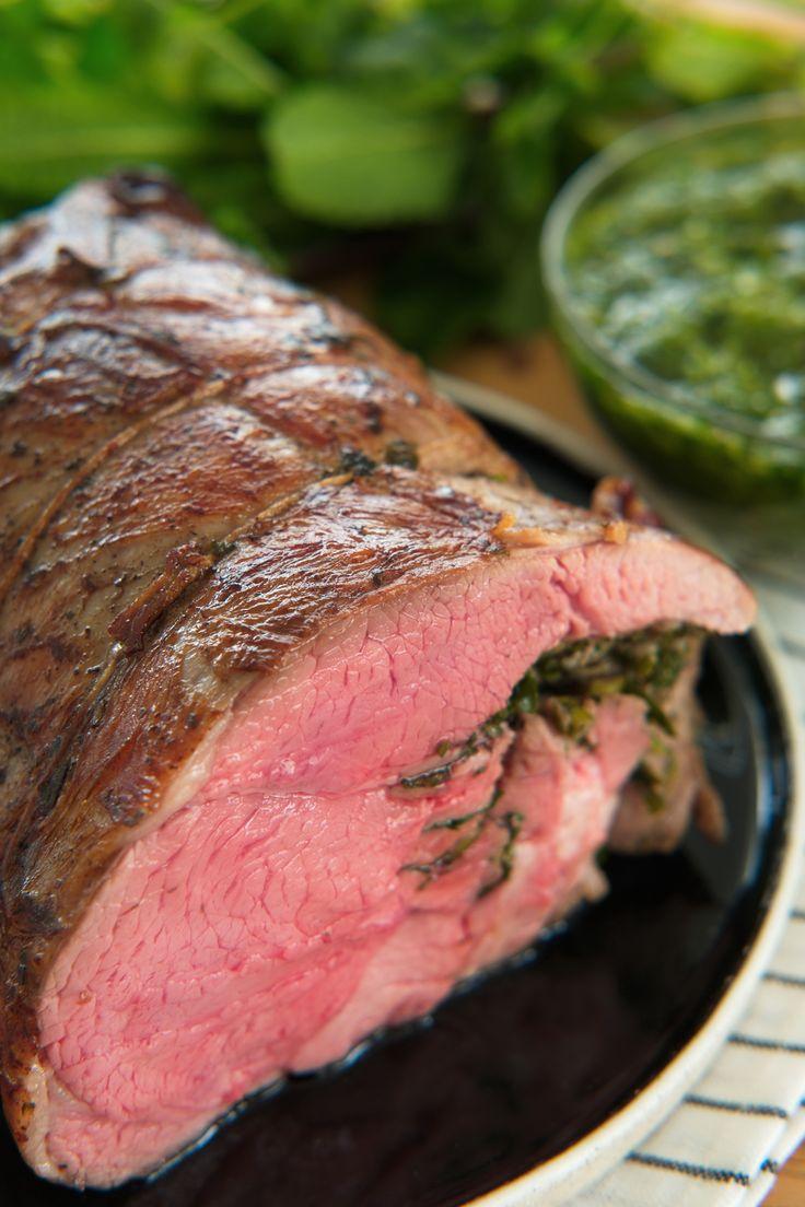 Nå er det lammetid! Lag en saftig, rosa og mør lammestek til helgen. Surret med urter og hvitløk, servert med en forfrsikrende, irrgrønn chimichurri stappfull av ferske urter, herlig! Og selvsagt tipset for å lage en perfekt stek uten problemer! http://www.gastrogal.no/lammestek-med-chimichurri/ #Andefett, #Chimichurri, #Kjøtt, #Lam, #Lammelår, #Lammestek, #SousVide, #Urtesaus