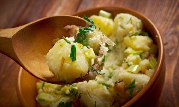 Η δίαιτα της πατάτας, όπως το ίδιο το όνομα λέει, έχει κύριο συστατικό τις πατάτες. Περιλαμβάνει επίσης ένα γιαούρτι με χαμηλά λιπαρά, και αν ακολουθήσετε ακριβώς τις οδηγίες, μπορείτε να χάσετε έως και τέσσερα κιλά