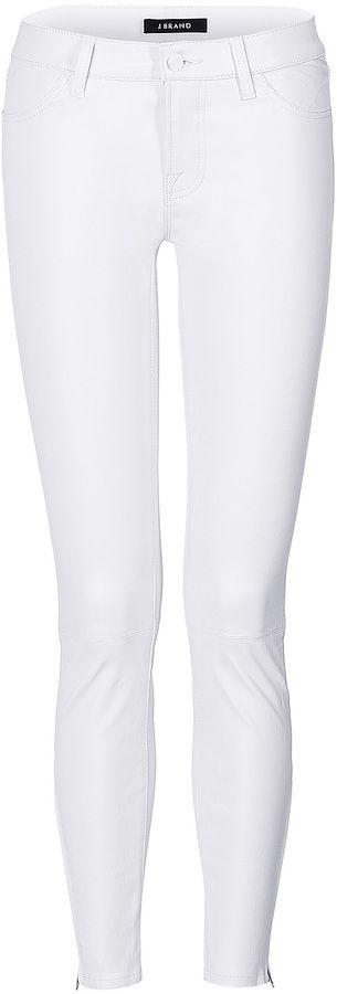 €658, Pantalon slim en cuir blanc J Brand. De STYLEBOP.com. Cliquez ici pour plus d'informations: https://lookastic.com/women/shop_items/117219/redirect