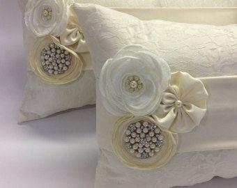 una novia rodillas almohadas anillo almohada / por AVAandCOMPANY