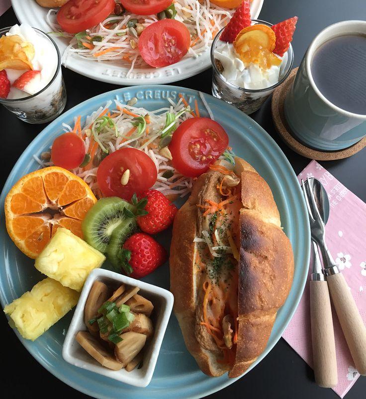 今日の朝食  じゃこ天と人参  チーズを挟んで... #breakfast #breakfasttime #foodpic#foodstagram#yummy #morning#lecreuset#coffee#eating #あさごぱん#朝食#お家カフェ #おうちカフェ #ルクルーゼ#コーヒー#ヨーグルト#サラダ#トマト#ポンカン#いちご#キウイフルーツ#パイナップル#れんこんと厚揚げの炒めもの#パンには#人参#じゃこ天#おがた蒲鉾#チーズ #ごちそうさまでした