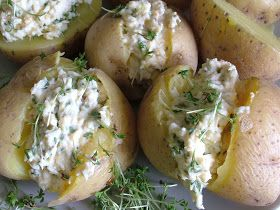 Składniki:   ziemniaki (500g)  1 jajko (60g)  serek kanapkowy (100g)  rzeżucha  przyprawy