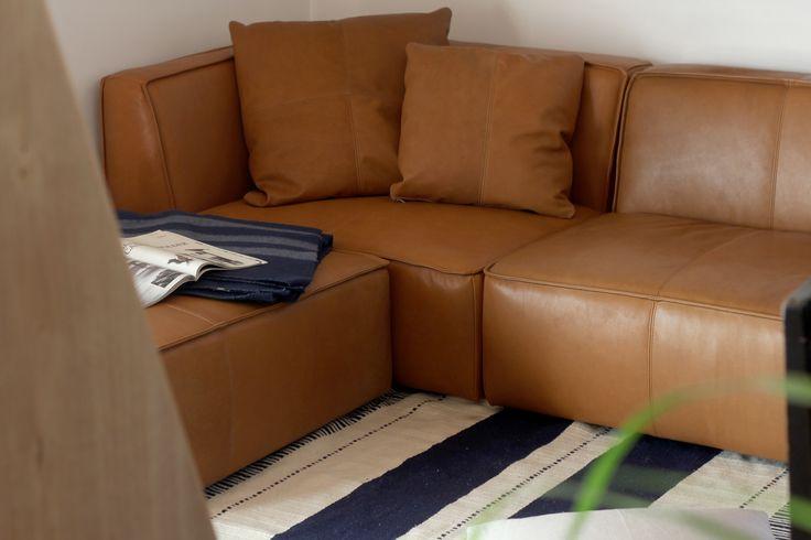 """Glove sofa 200 / 220/座面は他のソファに比べ、フラットな形状にしています。 一見固そうにも見えがちですが、コイルスプリングにウレタンさらにはトップにはフェザーを使用していますので、始めのタッチ感は優しく、その後は""""コシ""""のあるじわっとした沈み込みでサポートします。 #家具  #北欧  #デザイン #目黒 #インテリア #ソファ #ライフスタイル #レザー"""