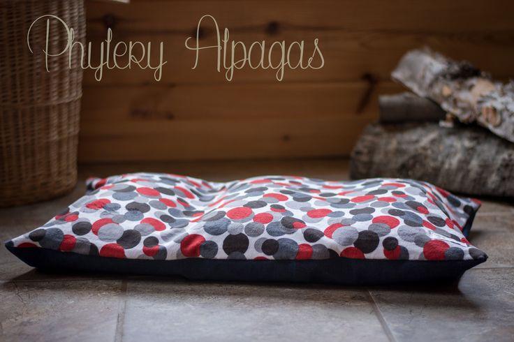 Petit lit pour chien, lit pour chat, en alpaga, pois gris, rouge. Small dog bed, cat bed with alpaca insert, grey and red dots. de la boutique PhileryAlpagas sur Etsy