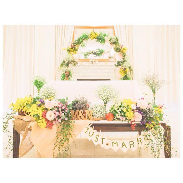 結婚式レポ ❁ 高砂 . . お気に入り♡ 高砂はソファにしました♡ . . #装花 は春の森のお花畑をイメージして、#小花 たっぷり♡ あとは、小花でアーチをつくってもらいました♡ . #ガーランド は前撮りのとき手作りしたもの。はらぺこあおむしイメージして、りんごも置いてもらいました。 . . 小花でもりもりに!グリーンをわしゃわしゃ入れて欲しいです!大きいお花いりません!入れるならラナンキュラスをアクセント程度に!あとは切り株とか瓶とか適当において、ナチュラルに!ナチュラルだけどカラフルに!! . . という、むちゃくちゃな要望を形にしてくれたフローリストさん本当に神でした…♡♡麻布はフローリストさんのアイデア(*ˊ ˋ*) . . 好きな花❁ かすみ草、マトリカリア、ミモザ、ペッパーベリー、ラベンダー、千日紅、ワイヤープランツなど♩ . . #プレ花嫁 #プレ花嫁卒業 #結婚式レポ #結婚式 #ナチュラルウェディング #2016春婚 #2016swd #3月挙式 #卒花嫁 #卒花 #高砂 #高砂ソファ #お花畑 #小花の高砂 #高砂装花 #高砂アーチ…