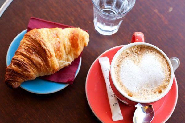 Parijs    Koffie zou je helpen om na te denken, daar waren ook Simone de Beauvoir en Jean Paul Sartre van overtuigd. Dus waar kunt u beter genieten van een kopje koffie dan in de legendarische koffiehuizen Les Deux Magots (www.lesdeuxmagots.fr) of Café de Flore (www.cafedeflore.fr). Modeontwerpster Coco Chanel genoot dan weer van het zwarte goud bij Angelina (www.angelina-paris.fr), waar ze ook nu nog heerlijke croissants, taart en macarons serveren.