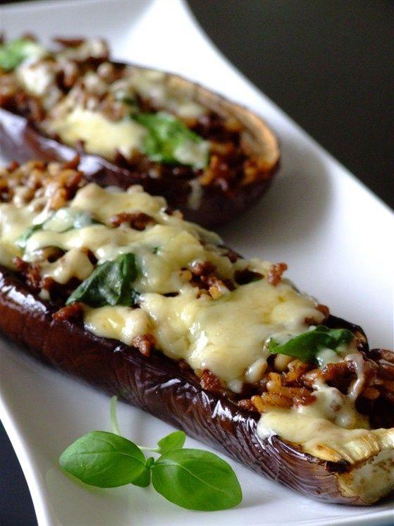 Очень вкусное овощное блюдо фаршированные баклажаны «Лодочки». Вы можете смело нафаршировать баклажаны и мясным фаршем, и овощным и любым другим, представленным в данной подборке.