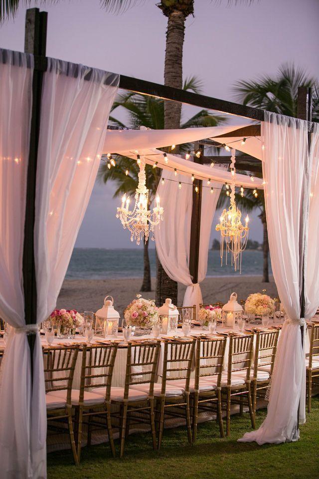 Decoración en la playa para boda o evento