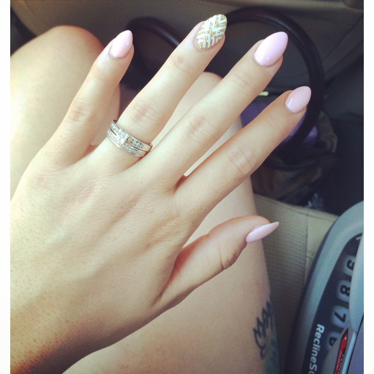Oval nails. This is exactly how I want my nails. I don't like the design on the ring finger but the shape and length is perfect