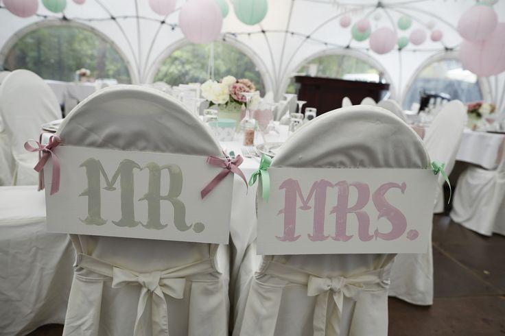 Mint green and pink wedding colour theme. Signs for Mr & Mrs. DIY.  Bryllup farvetema: Mintgrøn og lyserød. Søde skilte til brudeparret.