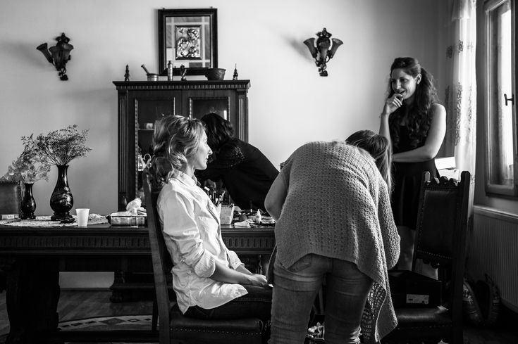 There is always such a great bond between bride and bridesmaids during the getting ready for the wedding.  #weddingphotography #hochzeitsfotos #hochzeitsbilder #wedding #hochzeit #gettingready #vorbereitung #makeup #makeover #styling #itsalrightma