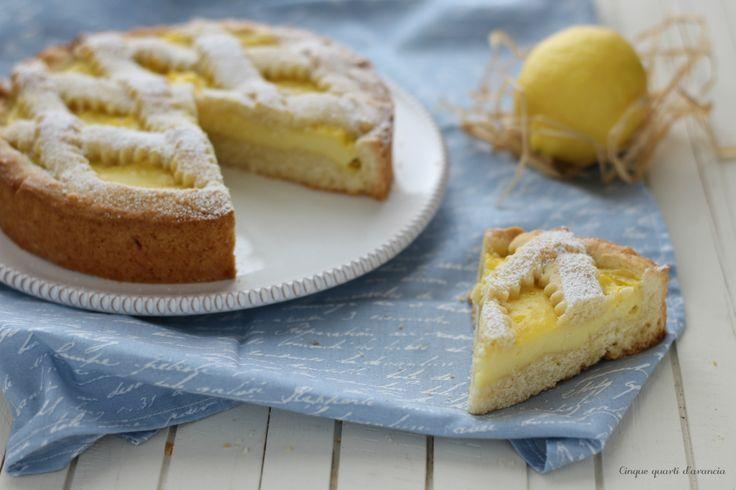 La crostata alla crema di limone é una torta golosa e profumata, formata da una crema al limone contenuta in un guscio di frolla!