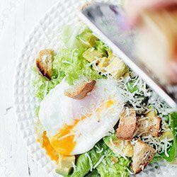 Sałatka z awokado, bobem i jajkiem | Kwestia Smaku