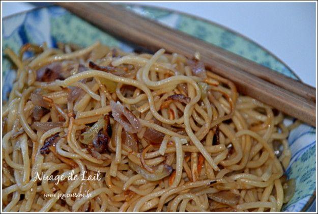 Il y avait bien longtemps que je ne vous avais présenter une petite recette asiatique. Les nouilles chinoises, j'adore ça mais cette fois pas grand chose dans mon frigo pour les cuisiner. Mais quand même, .........quelques oignons et je me suis dit qu'ils...