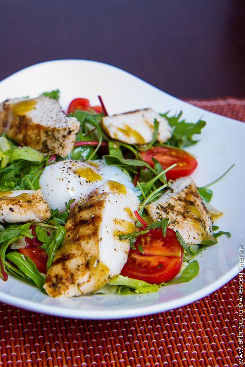 В моем теплом салате первую скрипку играют невидимая вроде бы картошка прямо со сковородки, и курица прямо с гриля, а яйцо пашот фактически дополняет заправку.