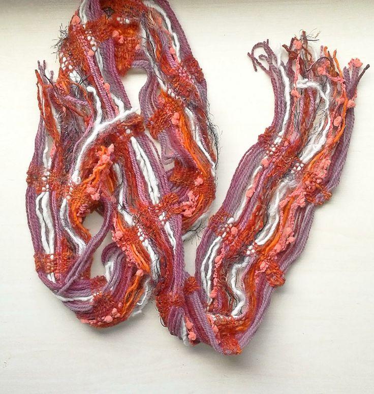 Su tamaño es de 200*17 cm, confeccionado con lana naturales y de fantasía para realzar color y textura, en telar mapuche.