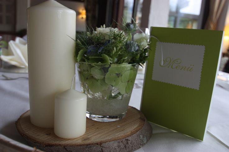 Apfelgrün, Akzente von Himmelblau, Creme, dazu Holz und Stumpenkerzen kombiniert für eine festliche und doch naturverbundene Tischdekoration - Heiraten am Riessersee in Garmisch-Partenkirchen