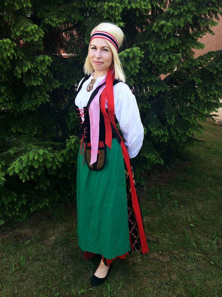 Härmä-Isokyrön/Etelä-Pohjanmaan kansallispuku. | The Härmä-Isokyrö folk dress, South Ostrobothnia, Finland. My grandma's worn dress.
